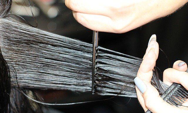 Niektóre zabiegi fryzjerskie pomogą zregenerować zniszczone włosy